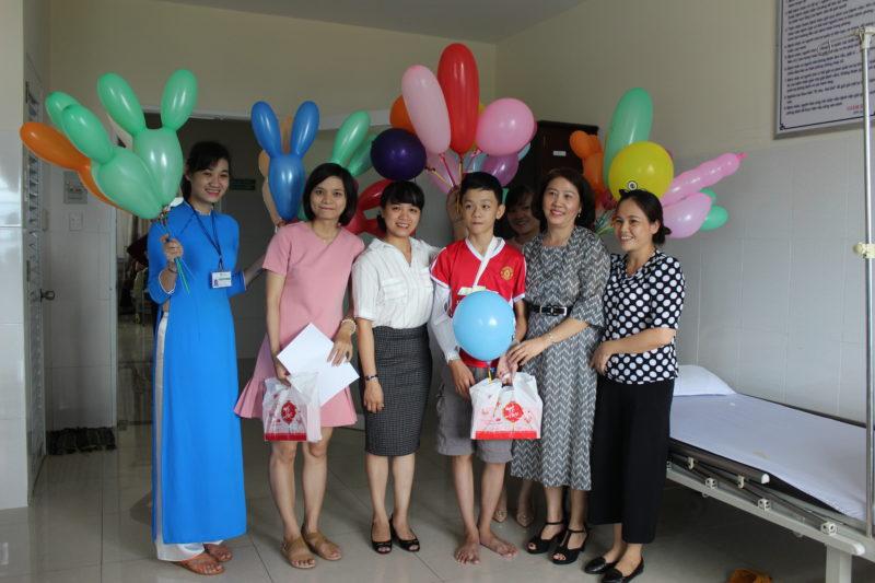 Đại diện BV đến thăm hỏi và tặng quà cho các bệnh nhi hiện đang nằm chữa bệnh tại bệnh viện
