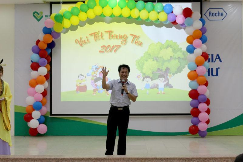 Ông Lê Đăng Trung, Phó Giám đốc BV tham dự vui trung thu cùng các em